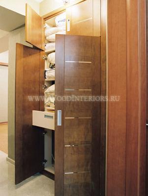 Отделка деревом в интерьере квартиры. Встроенные шкафы для одежды. Фото4