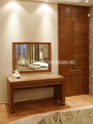 Отделка деревом в интерьере таунхауса. Встроенный шкаф для одежды. Фото6