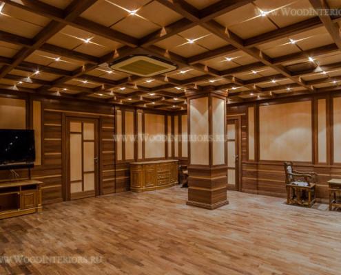 Деревянные стеновые панели в интерьере бильярдной. Фото