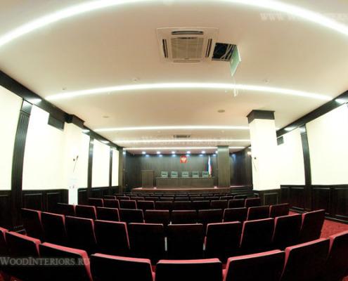 Панели из дерева в интерьере зала конференций. Фото 1