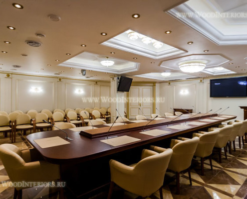 Деревянные стеновые панели в интерьере зала заседаний. Фото