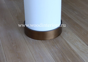 Гнутый патинированный плинтус из латуни. Фото в интерьере.