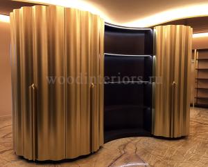 Шкаф с гнутыми волнистыми дверьми с отделкой под латунь