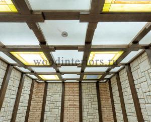 Кессонный потолок из дерева с витражами
