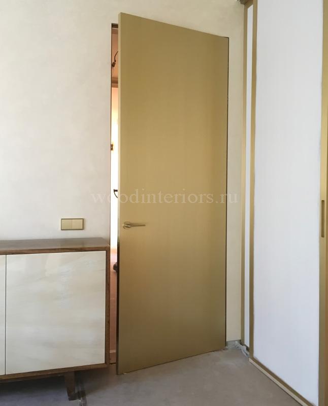 латунная дверь